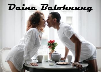 Ein Paar küßt sich zum Frühstück