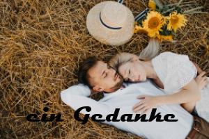 Mann und Frau liegen im Feld