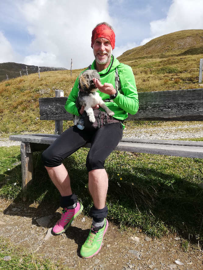 Björn Witt laufen mit Hund in den Bergen